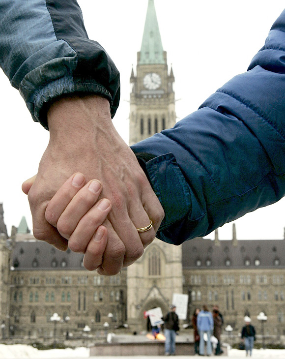 casal gay em frente ao Parlamento Canadense em Ottawa, capital federal do Canadá Imigração Canadense - O avanço dos direitos e a aceitação dos gays no Canadá Imigração Canadense - O avanço dos direitos e a aceitação dos gays no Canadá 11gay4