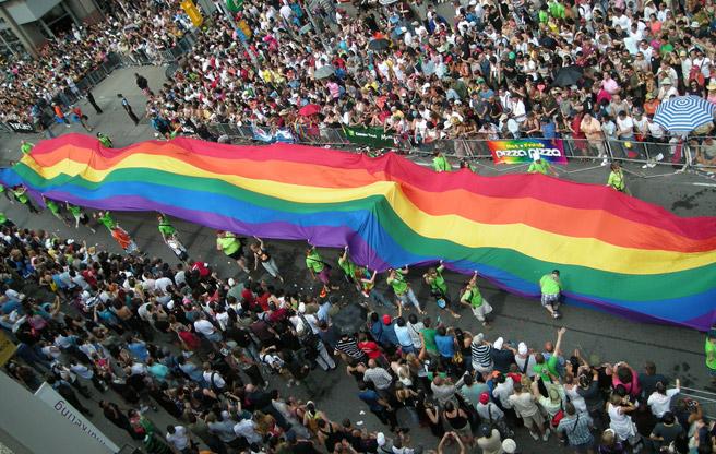 pride-parade-toronto Imigração Canadense - O avanço dos direitos e a aceitação dos gays no Canadá Imigração Canadense - O avanço dos direitos e a aceitação dos gays no Canadá pride parade toronto
