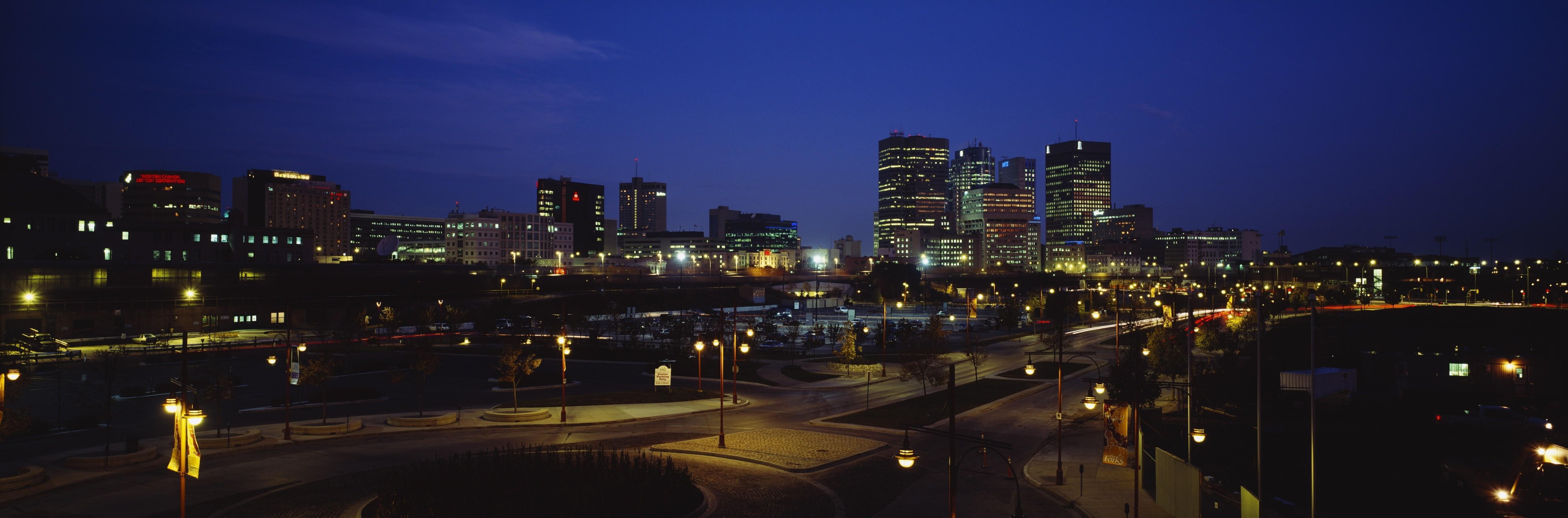 Buildings Lit Up At Night, Winnipeg, Manitoba, Canada  As 10 melhores cidades para se encontrar emprego no Canadá original 7