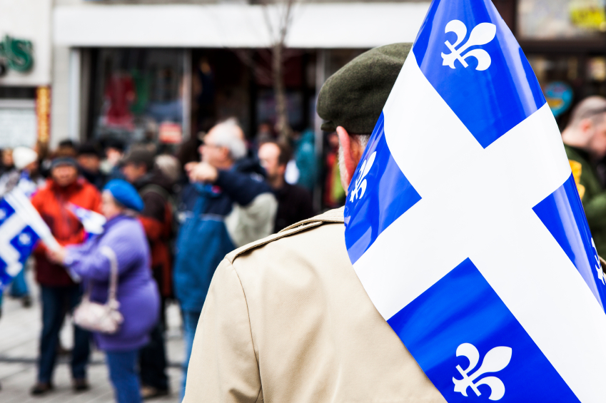 quebec-flag-man  Bilinguismo no Canadá: A evolução e os Desafios do Inglês e Francês em Quebec e no resto do país quebec flag man