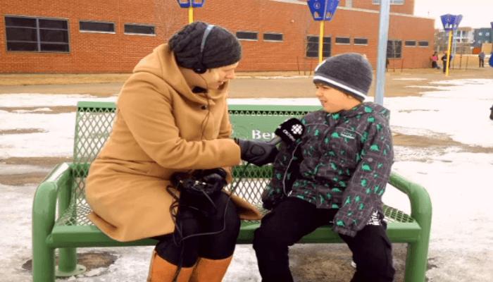 """buddy-bench-1  Escola Canadense instala o """"banco de amigos"""" para crianças tímidas fazerem amizade mais facilmente buddy bench 1"""